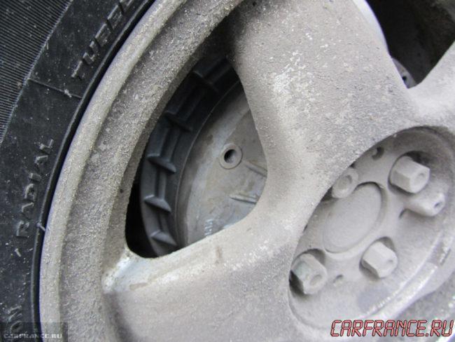 Колёсный диск на ВАЗ-2110 вблизи задний с шиной