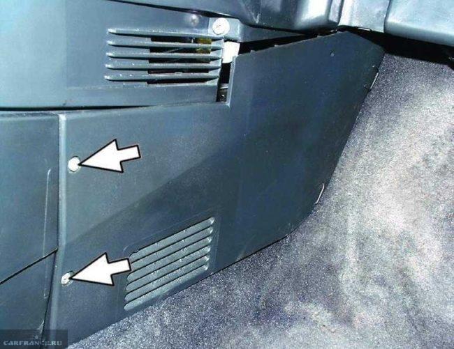 Винты крепления кожуха консоли в ВАЗ-2110, вид со стороны пассажирского сидения