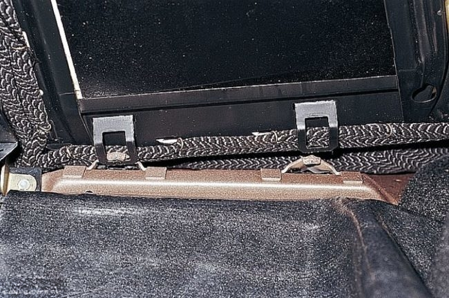 Крюки и скобы нижнего закрепления спинки заднего сидения автомобиля ВАЗ-2110, вид из багажника