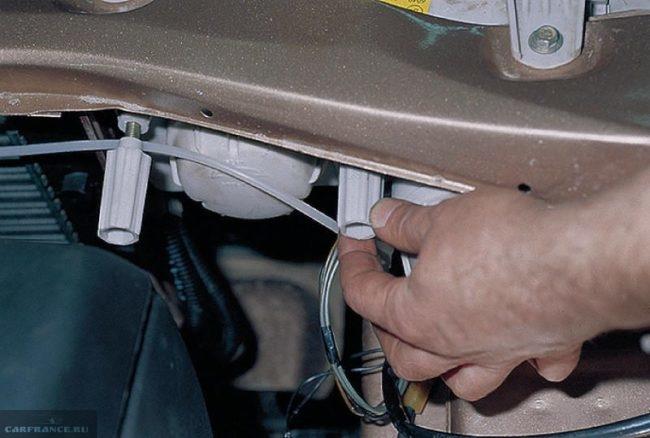 Блок фара автомобиля ВАЗ-2110, вид на регулировочные винты со стороны моторного отсека