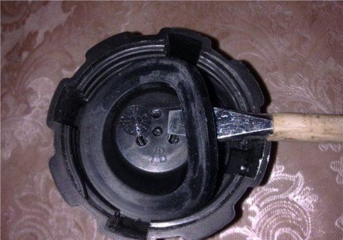 Уплотнитель крышки расширительного бачка ВАЗ-2110 вблизи