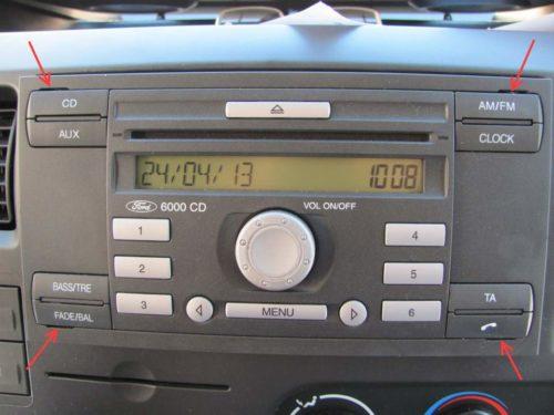 Пазы для ключей на передней панели магнитолы автомобиля Форд Фокус 2