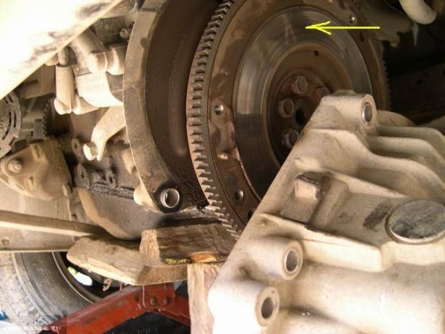 Маховик двигателя в автомобиле ВАЗ-2110, коробка сдвинута в сторону