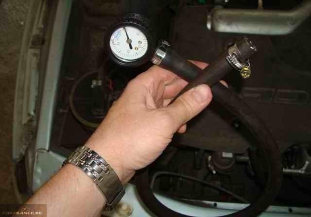 Манометр с кислородным шлангом для измерения давления в топливной системе ВАЗ-2110