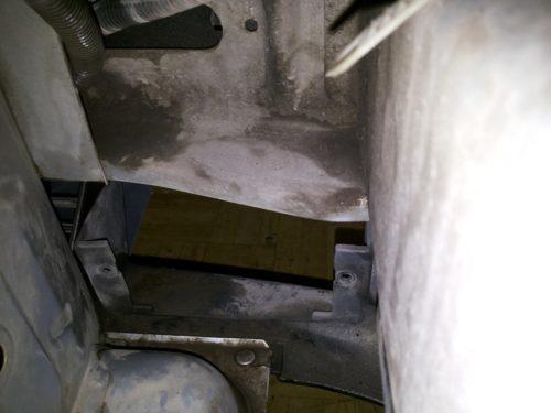 Местрорасположение противотуманной фары в бампере автомобиля ВАЗ-2110, вид из моторного отсека