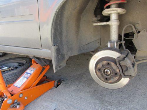 Автомобиль ВАЗ-2110 на домкрате со снятым передним правым колесом