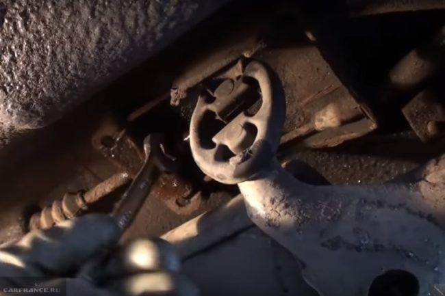 Регулировка натяжения троса ручного тормоза в ВАЗ-2110 без снятия глушителя