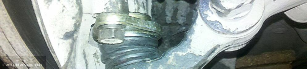 Новая шаровая опора вблизи на ВАЗ-211 после замены