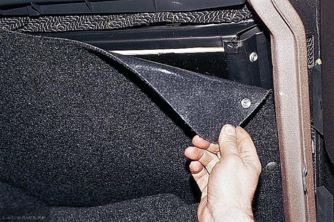 Кнопки обивки заднего сидения вблизи в багажнике автомобиля ВАЗ-2110