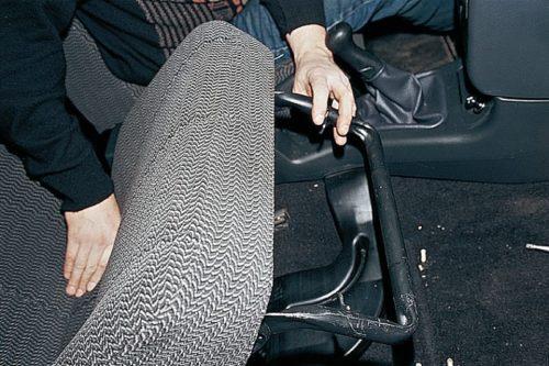 Переднее сидение в автомобиле ВАЗ-2110 в приподнятом положении