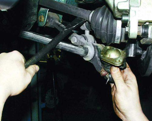 Использование монтажной лопатки для снятия шаровой опоры в автомобиле ВАЗ-2110