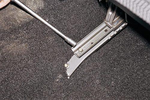 Узел закрепления внутренних салазок переднего сидения в ВАЗ-2110