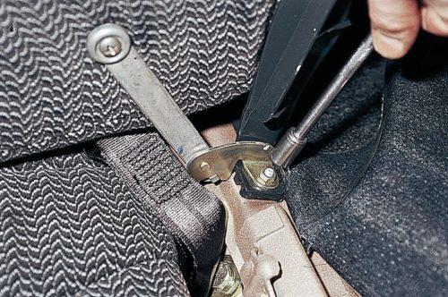 Болты крепления петли подлокотника заднего сидения к кузову в салоне ВАЗ-2110