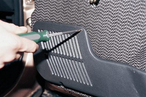 Крепление декоративной накладки передней двери автомобиля ВАЗ-2110