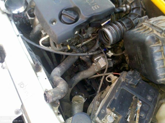 Верхний патрубок радиатора охлаждения двигателя в моторном отсеке ВАЗ-2110, вид со снятым воздушным фильтром