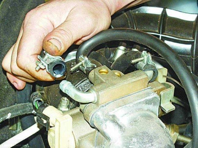 Дроссельный узел автомобиля ВАЗ-2110, снятие патрубка подвода тосола