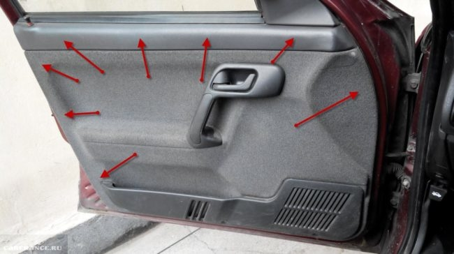 Обшивка передней двери автомобиля ВАЗ-2110 с указанием точек крепления пистонов