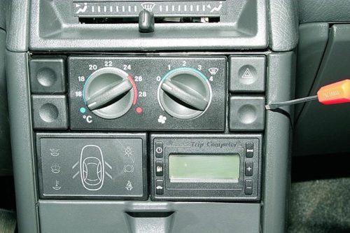 Заглушка свободного отвестия на панели центральной консоли в ВАЗ-2110