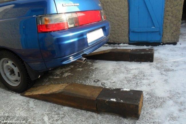 Как приподнять зад автомобиля ВАЗ-2110 для ремонта или технического обслуживания, мини эстакада из обрезков шпал