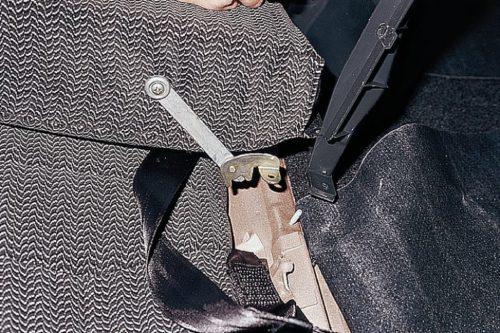 Крепление подлокотника заднего сидения автомобиля ВАЗ-2110, детальный вид без седушки