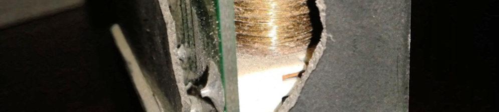 Поломанное реле бензонасоса на Пежо 307 вблизи с песком внутри