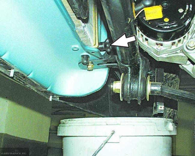 Сливная пробка радиатора охлаждения двигателя в ВАЗ-2110 и пластиковое ведро для старого тосола