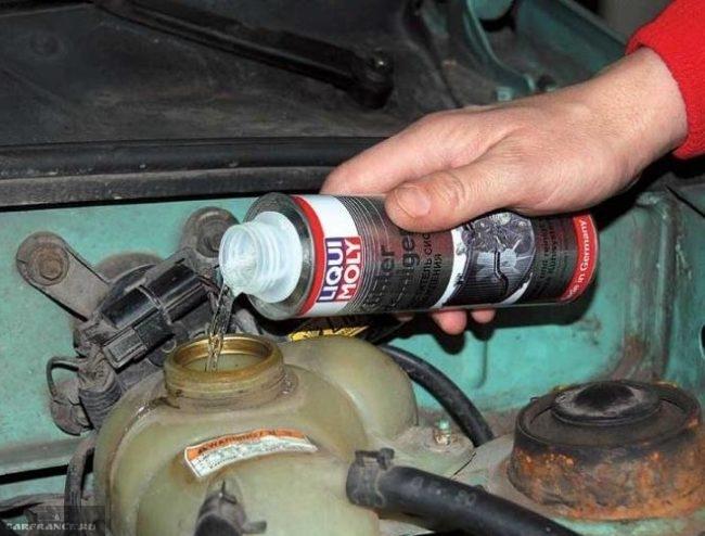 Бачок расширительный охлаждающей жидкости в автомобиле ВАЗ-2110, заливка очистителя через горловину