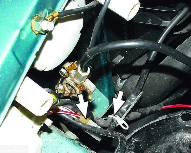 Соединительная колодка проводов вентилятора радиатора охлаждения в ВАЗ-2110