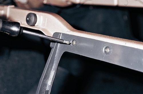 Саморезы крепления рамки подлокотника заднего сиденья в автомобиле ВАЗ-2110