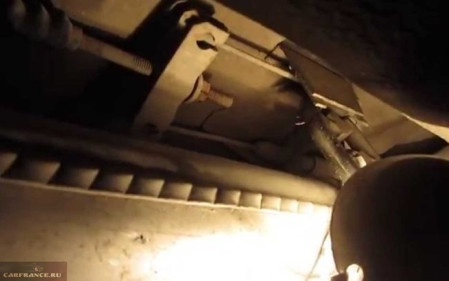 Наконечники тросов, уравнитель и регулировочные гайки ручного тормоза в ВАЗ-2110, вид вблизи