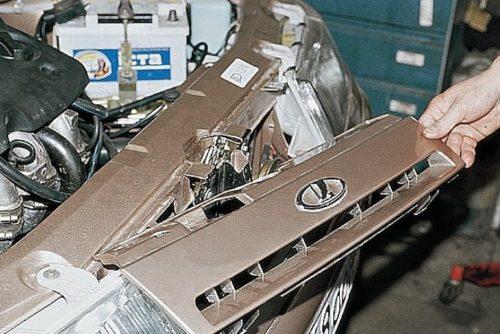 Фальшрешетка радиатора автомобиля ВАЗ-2110 в приподнятом состоянии