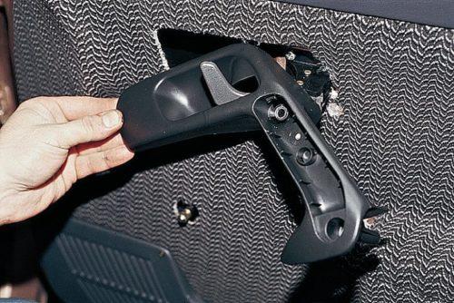 Снятие накладки внутренней ручки передней двери автомобиля ВАЗ-2110