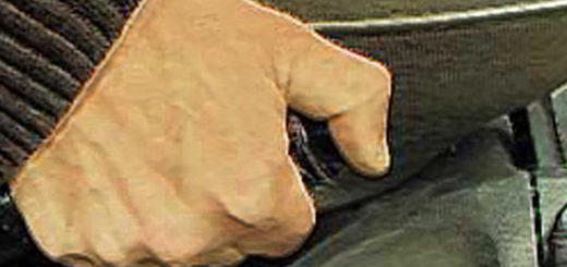 Рычаг включения ручного тормоза на ВАЗ-2110 вверх до упора