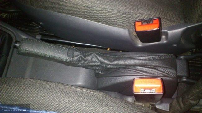 Рычаг стояночного тормоза в кожаной оплетке в салоне автомобиля ВАЗ-2110