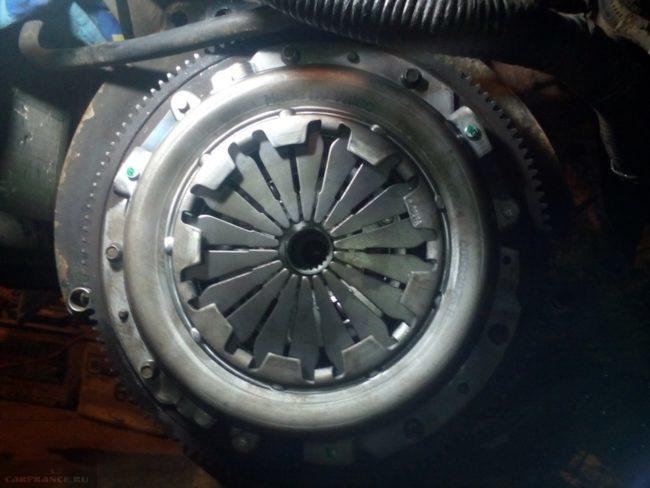Сцепление в сборе на маховике двигателя автомобиля ВАЗ-2110, вид со снятой коробкой передач.
