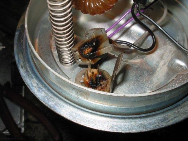Обуглившиеся контакты соединительной колодки мотора бензонасоса ВАЗ-2110