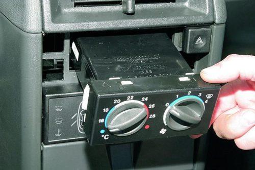 Снятие контроллера управления отопителем в автомобиле ВАЗ-2110