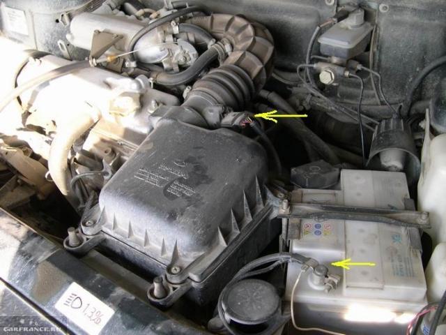 Моторный отсек автомобиля ВАЗ-2110, соединительная колодка ДМРВ и минусовая клемма аккумулятора