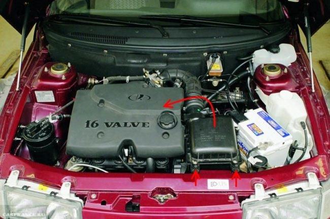 Моторный отсек автомобиля ВАЗ-2110, вид с поднятым капотом на 16-клапанный двигатель и на воздушный фильтр