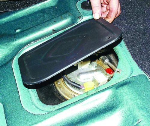 Крышка лючка бензобака автомобиля ВАЗ-2110, вид со снятым сидением