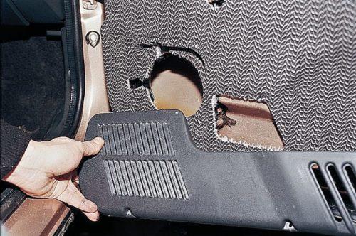 Декоративная накладка обшивки двери ВАЗ-2110, видно место для крепления динамика