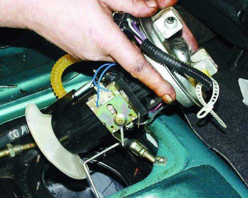 Демонтаж бензонасоса с бака автомобиля ВАЗ-2110