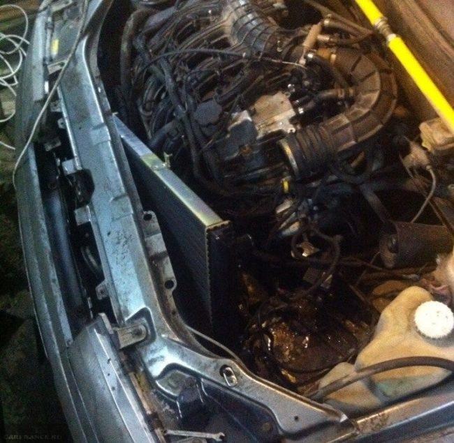 Радиатор охлаждения двигателя снят с креплений и сдвинут в сторону двигателя ВАЗ-2110