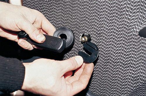 Ручка стеклоподъемника автомобиля ВАЗ-2110 вблизи в разобранном виде