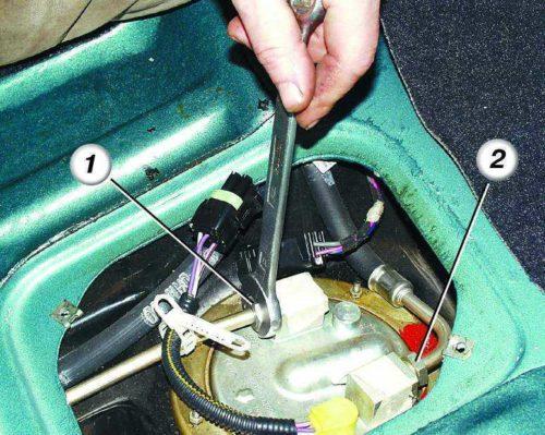 Гайки крепления топливных шлангов к штуцерам бензонасоса в ВАЗ-2110