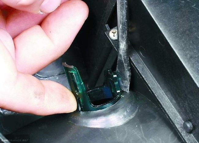 Пластиковая подсветка прикуривателя автомобиля ВАЗ-2110 вблизи с обратной стороны крышки тоннеля