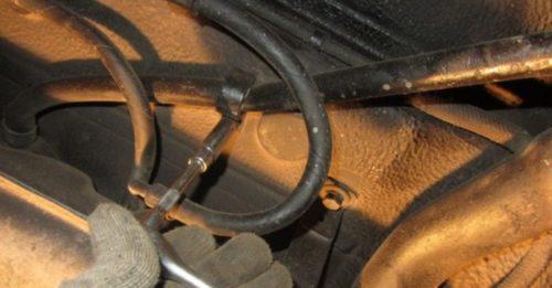 Трубка слива топлива на бензобаке ВАЗ-2110, вид вблизи