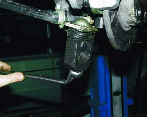 Снятие шаровой опоры с помощью специального съемника на автомобиле ВАЗ-2110