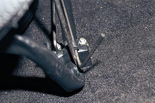 Снятие торсиона переднего сиденья в автомобиле ВАЗ-2110
