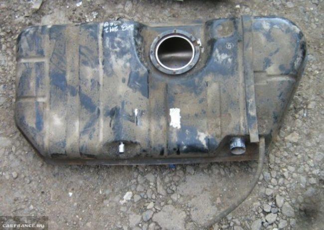 Снятый с автомобиля ВАЗ-2110 бензобак готов для промывки